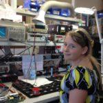 Mädchen sitzt am Laborplatz