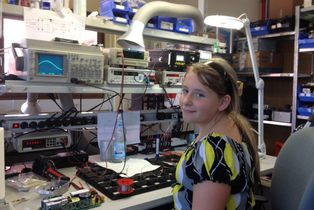 Mädchen macht Praktikum am Laborarbeitsplatz