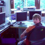 Junge sitzt am Arbeitsplatz